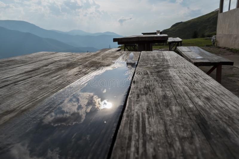 Большой оклик в горе, съемка льда после шторма лета стоковая фотография