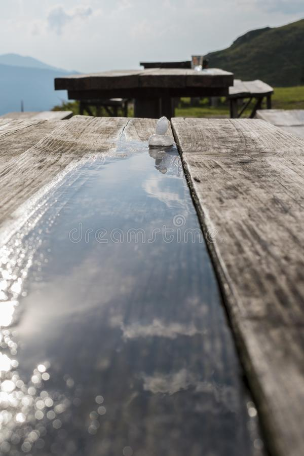 Большой оклик в горе, съемка льда после шторма лета стоковые изображения rf