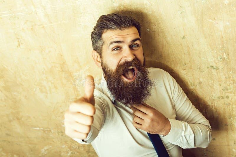 Большой палец руки вверх по жесту бородатого человека с длинной бородой стоковые изображения rf