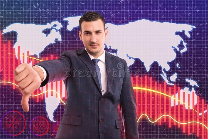 Большой палец руки показа человека вниз как падение в фондовой бирже стоковые изображения