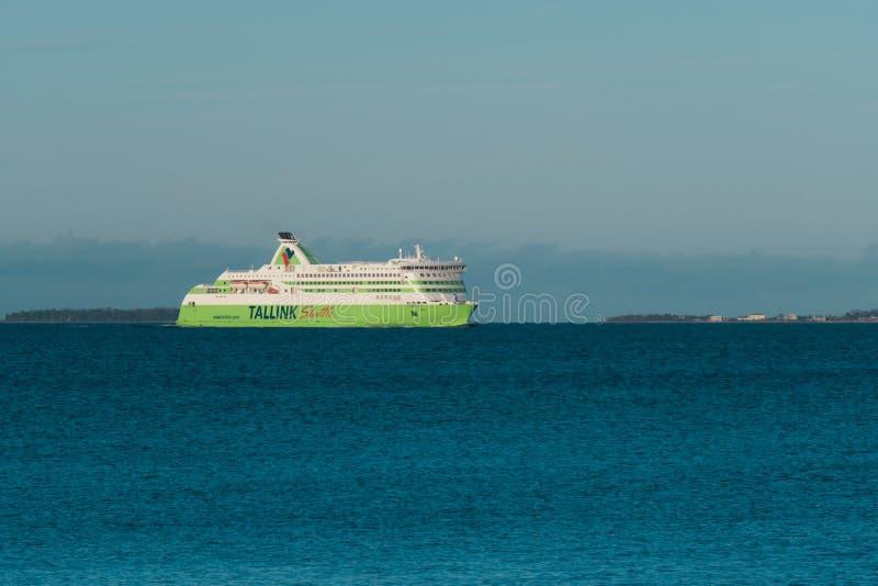 """Большой паром """"звезда Tallink """"моря с пассажирами в заливе Таллина идет к порту стоковое фото rf"""