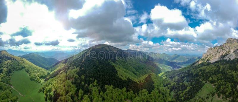 Большой пик Rozsutec, меньшее Fatra, вид с воздуха панорамы республики словаков Тема стоковые изображения rf