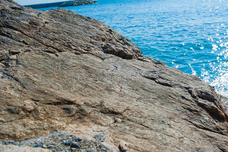 Большой плоский камень морем в солнечной погоде стоковая фотография