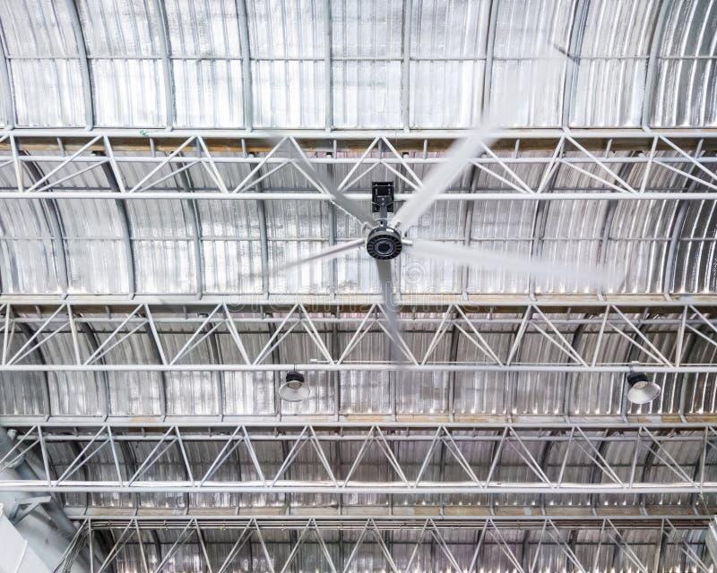 Большой потолочный вентилятор на рамке металла стоковые фотографии rf