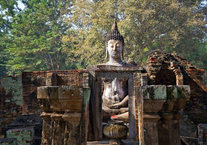 Большой приятель sri wat Будды в парке Sukhothai историческом стоковые фотографии rf