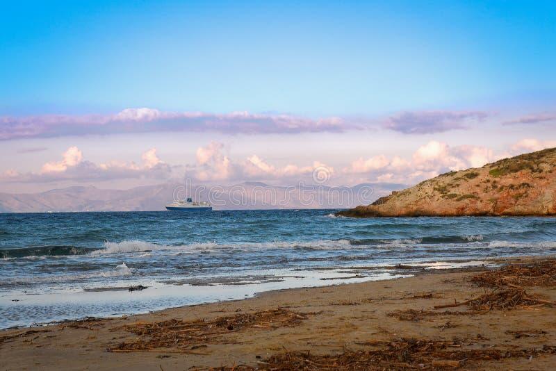 Большой сине-белый корабль парома выходя порт Rafina на зиму d стоковое изображение