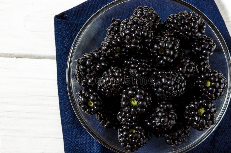 Большой сочный черный конец-вверх ягод ежевики с космосом экземпляра стоковые изображения