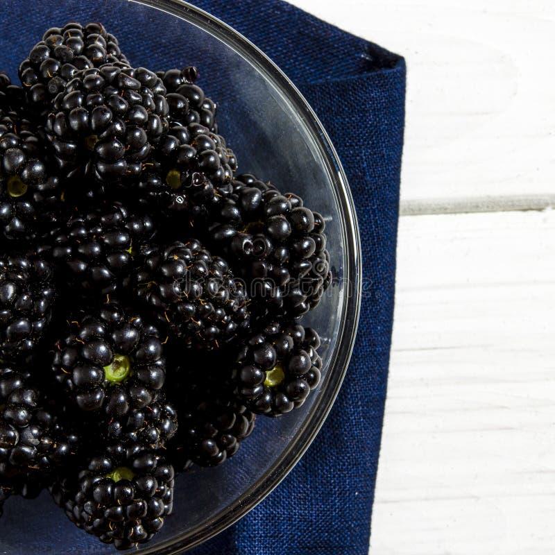 Большой сочный черный конец-вверх ягод ежевики с космосом экземпляра стоковые фотографии rf