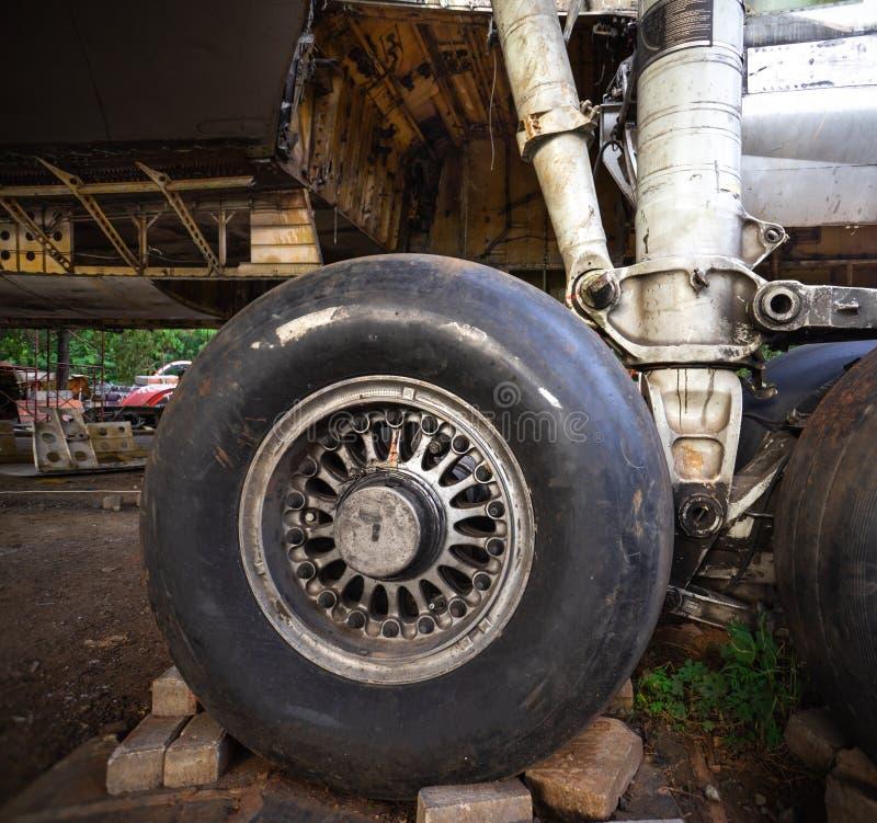 Большой старый тщательный осмотр воздушных судн в Junkyard самолета Воздушные судн быть разобрать к своему компоненту стоковое изображение
