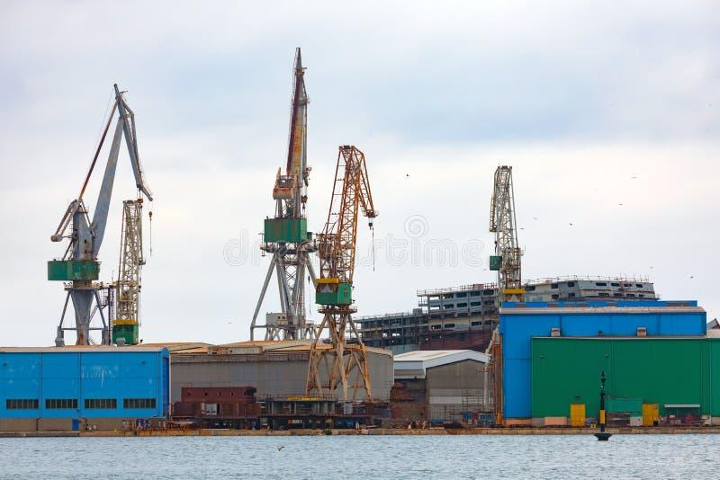 Большой судоремонтный завод вблизи побережья стоковое изображение