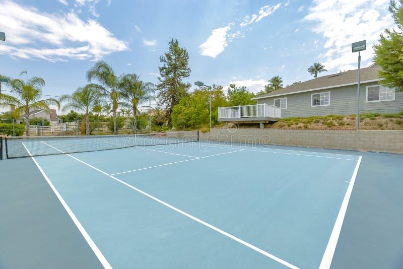 Большой теннисный корт смотря на север и юг для того чтобы возмещать стоковые фото