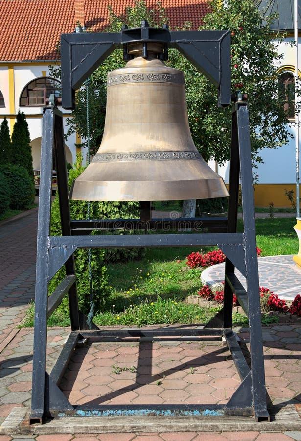 Большой церковный колокол в саде монастыря, крупном плане стоковая фотография rf