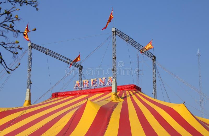 Большой шатер цирка striped в красных и желтых цветах против голубого неба стоковое фото rf