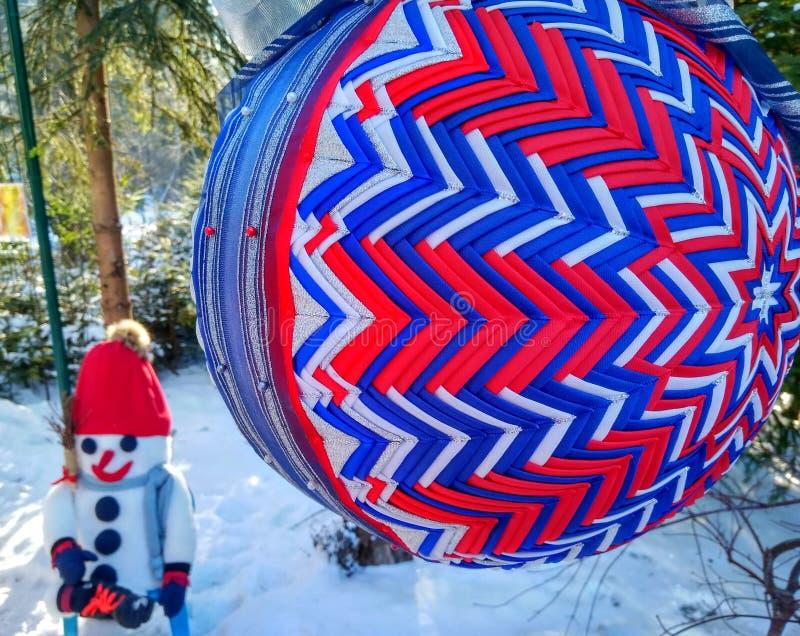Большой яркий сине-красный шарик рождества стоковая фотография rf