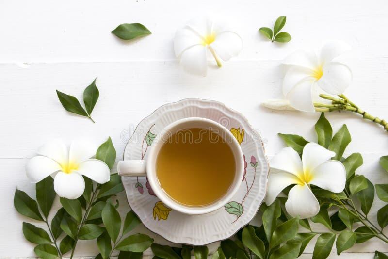 Боль в горле и кашель здравоохранения горячего лимона меда смешивания травяная стоковая фотография