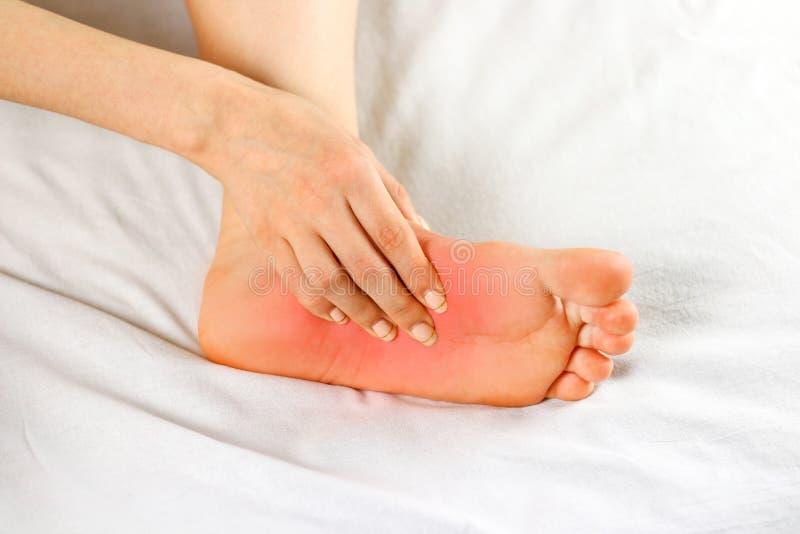 Боль в подошве ноги Плохая нога Фокус боли отмечен в r стоковые фото