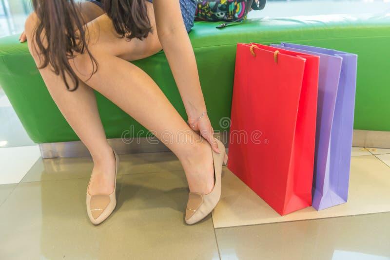 Боль ноги после ходить по магазинам стоковая фотография