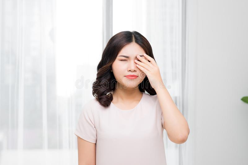 боль Утомленная вымотанная усиленная женщина страдая от сильного глаза p стоковое фото