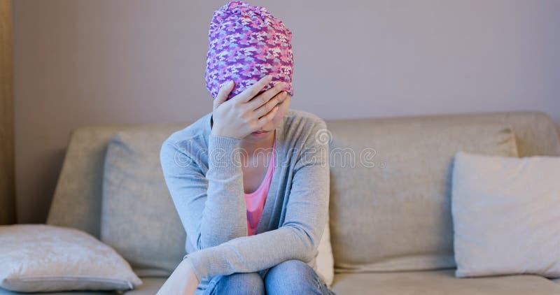 Боль чувства женщины с раком стоковое фото rf