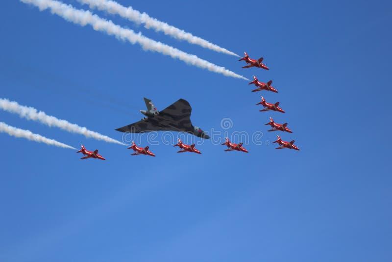 Бомбардировщик Vulcan и красные стрелки стоковое фото rf