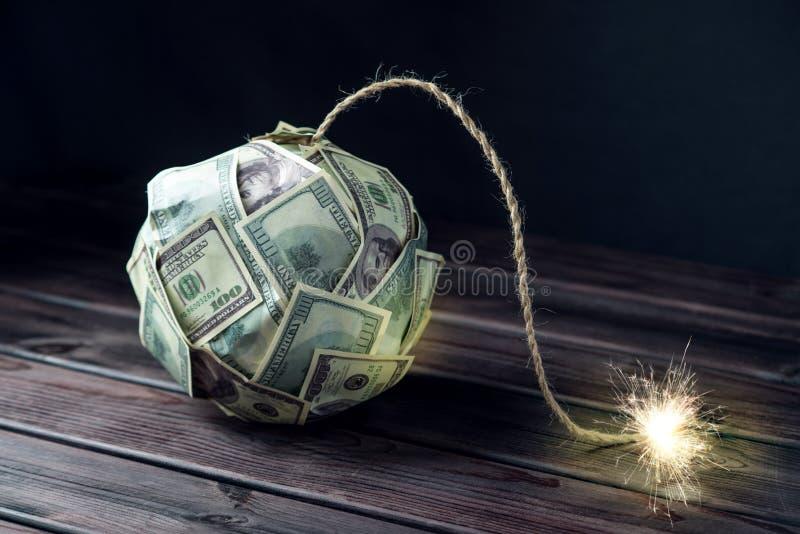 Бомба долларовых банкнот денег 100 с горящим фитилем Меньшее время перед взрывом кризис принципиальной схемы финансовохозяйственн стоковые изображения rf