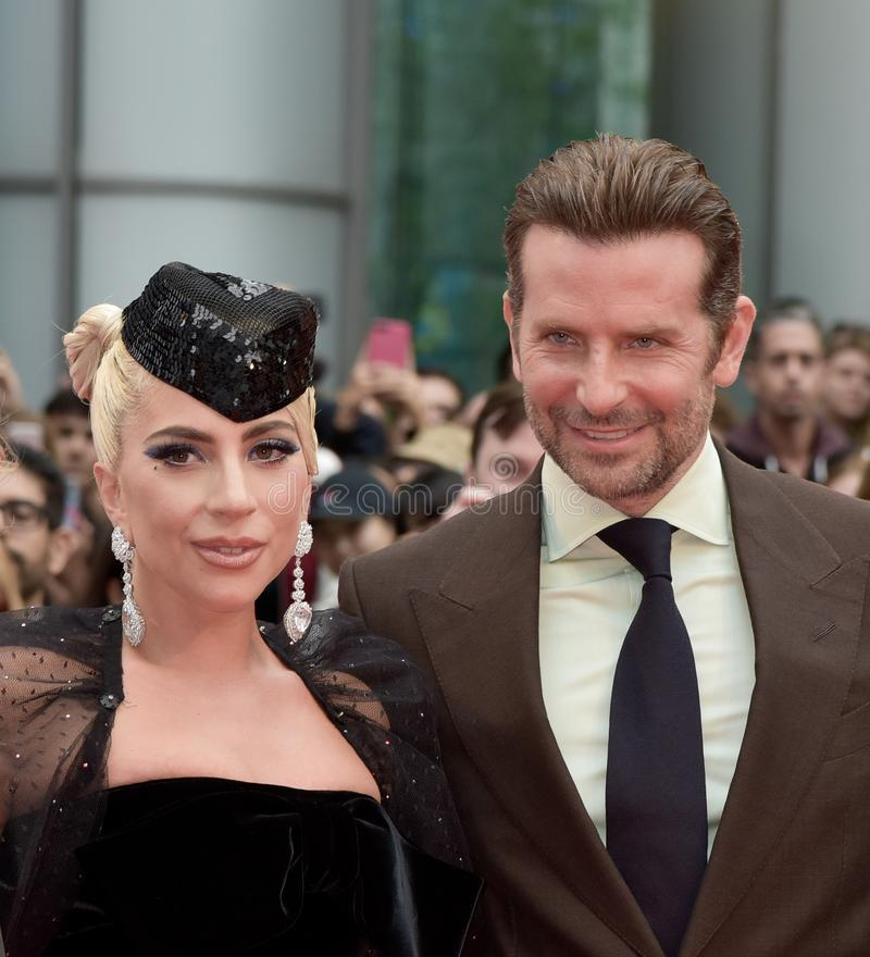 Бондарь Брэдли и дама Gaga на премьере звезды рождены на международном кинофестивале 2018 Торонто стоковые изображения rf