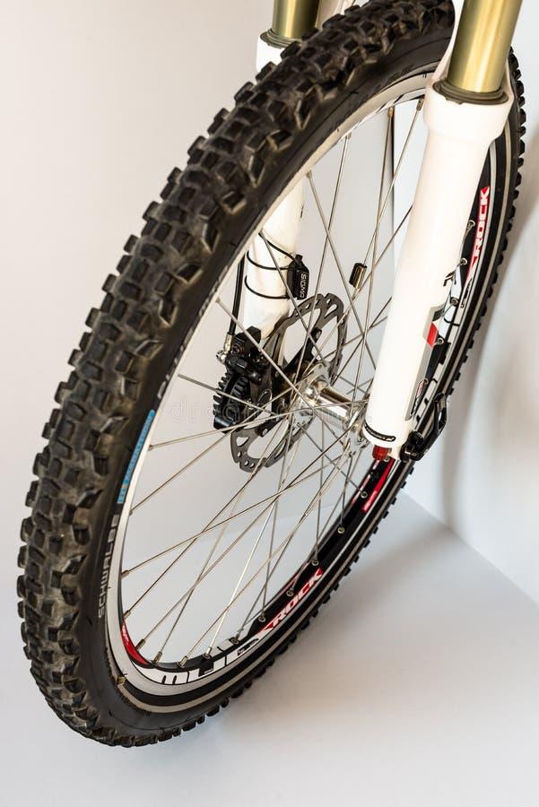 Бонн, Германия - 29-ое марта 2019 Передняя вилка велосипеда с подвесом масл-воздуха Видимое колесо велосипеда, автошина и гидравл стоковые фото