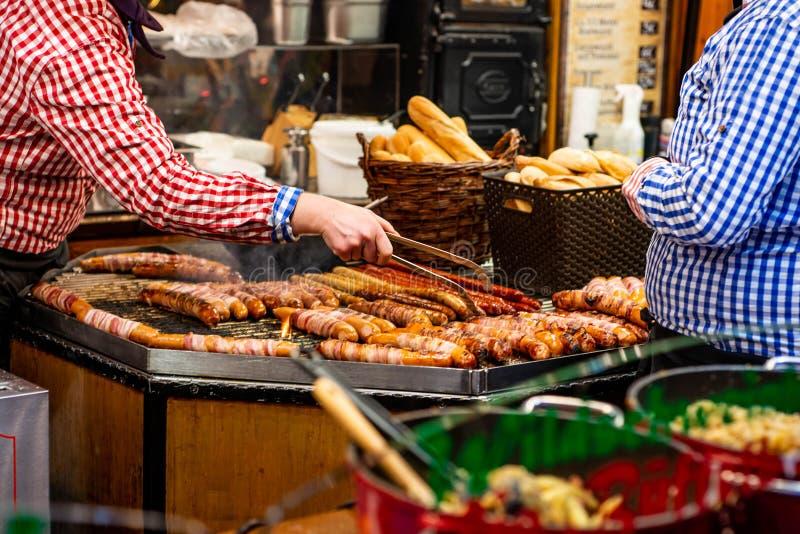 Бонн Германия 17 12 imbiss 2017 продавая мясо еды и рождественскую ярмарку сосисок традиционную к ноча стоковые фото