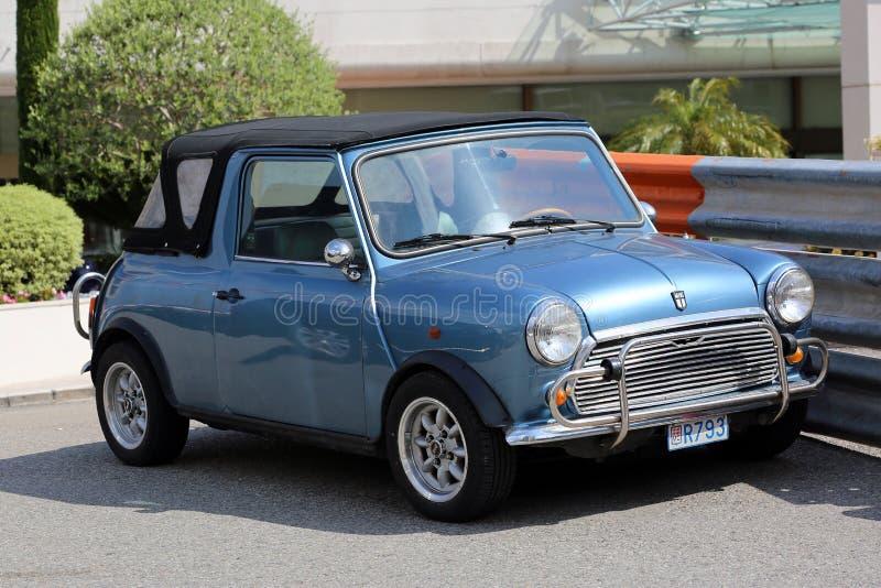 Бондарь Остина голубого ретро автомобиля мини стоковое изображение