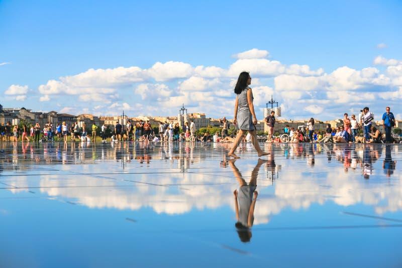 Бордо мочит зеркало вполне людей летом стоковое фото rf