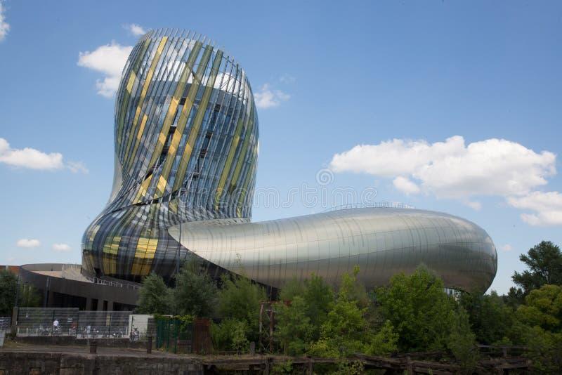 Бордо, новый Аквитания/Франция - 06 20 2018: Ла Цитировать du Vin уникально культурный объект куда вино приходит к жизни через a стоковое фото