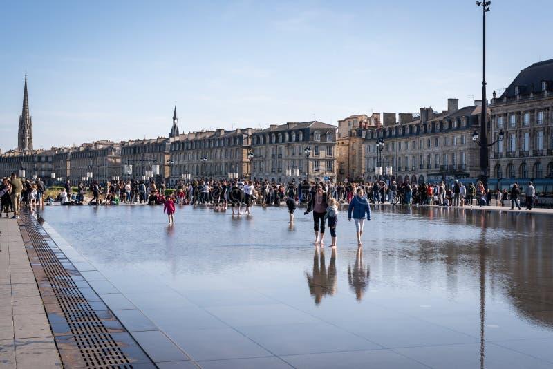 БОРДО, ФРАНЦИЯ - 14-ОЕ АПРЕЛЯ 2019: Зеркало воды набережных Бордо на солнеч стоковое фото