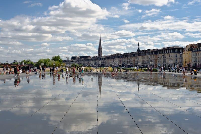 Бордо, Франция - August 31, 2018: Зеркало воды отражая образ жизни местных людей к солнечное после полудня лета стоковое изображение rf