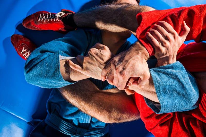 Борец человека делает представление wrestling стоковые изображения