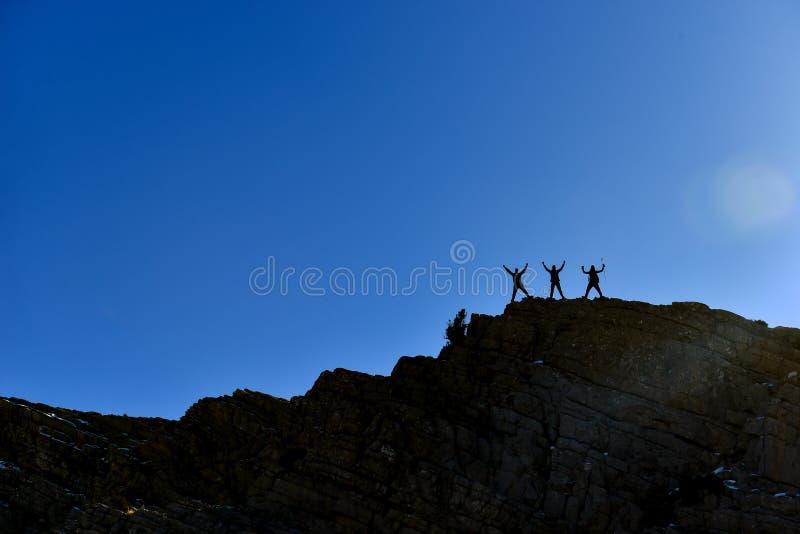 Боритесь в горах, трудных условиях и успешных людях стоковые фотографии rf