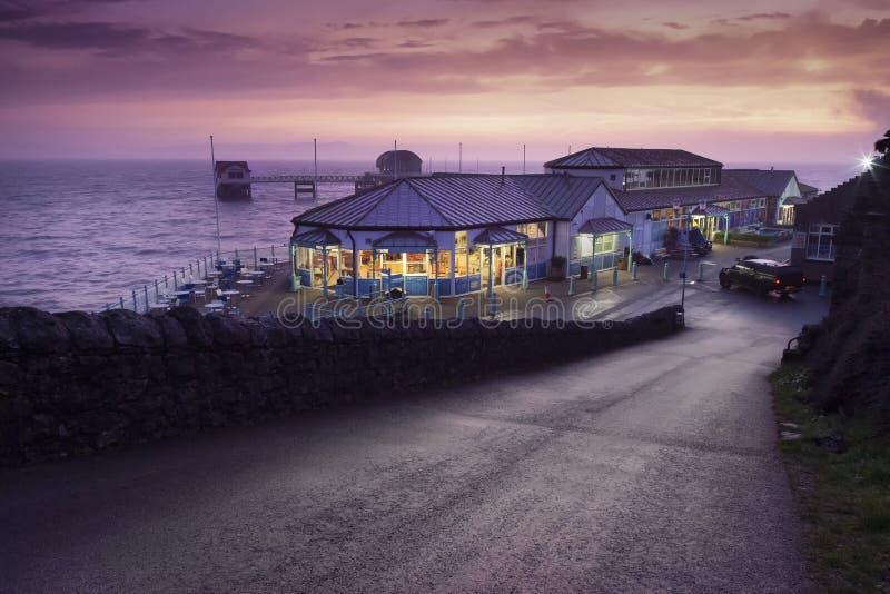 Бормочет кафе хижины пристани и пляжа стоковая фотография rf