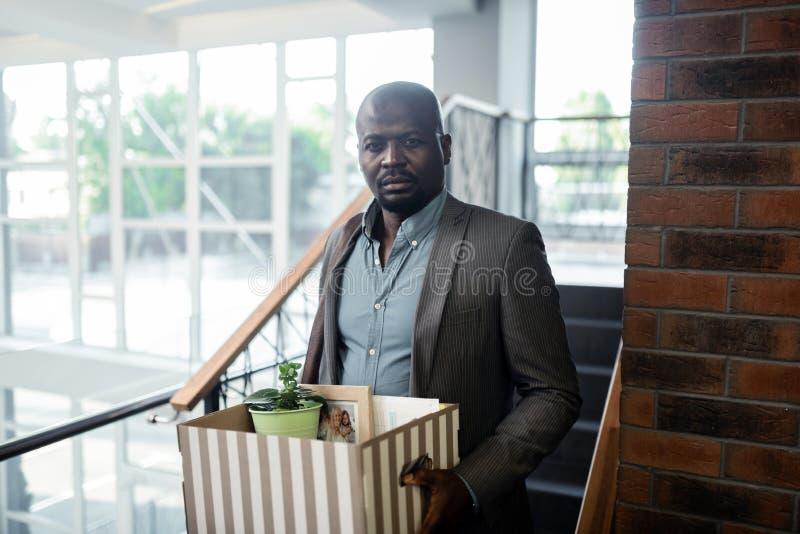 Бородатое темнокожее чувство работника офиса усилило после отставки стоковая фотография rf