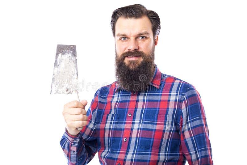 Бородатое удерживание человека использовало инструмент masonry изолированный на белизне стоковое изображение