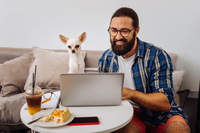 Бородатые деловые письма чтения бизнесмена на компьтер-книжке стоковое фото