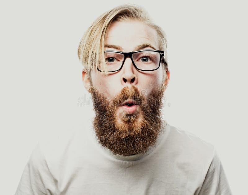 Бородатые стекла молодого человека битника нося изолированные на белой предпосылке стоковое фото