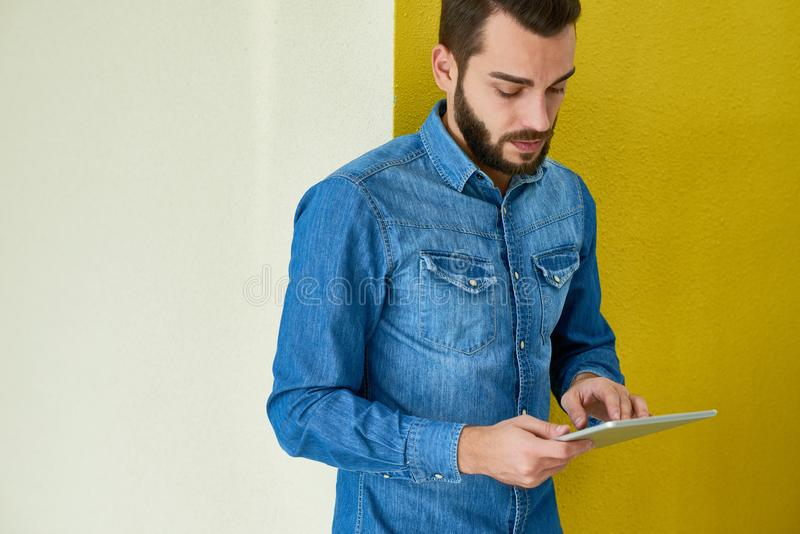 Бородатый бизнесмен используя таблетку цифров стоковые изображения rf