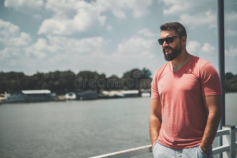 Бородатый мачо человек готовя реку стоковые фотографии rf