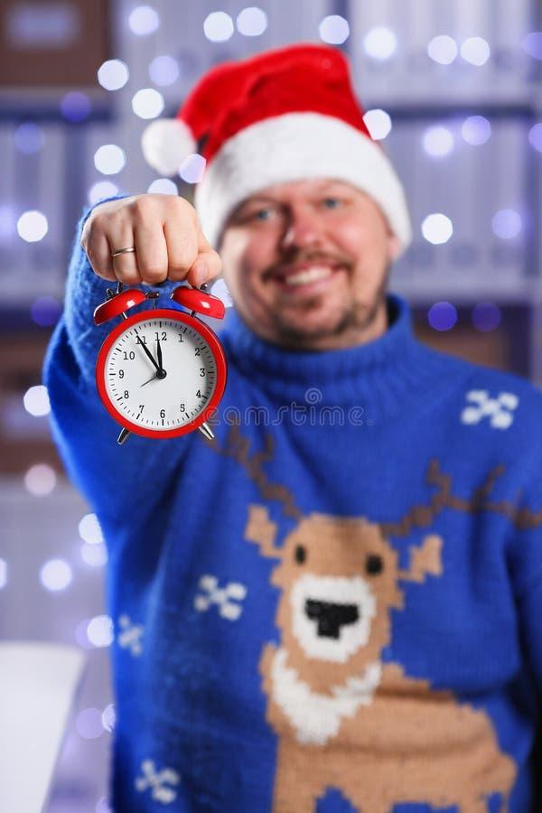 Бородатый усмехаясь человек нося теплый голубой свитер стоковые фото