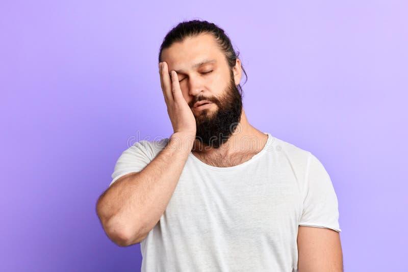 Бородатый уставший человек кормил вверх работать высасывание и tiredness стоковые изображения