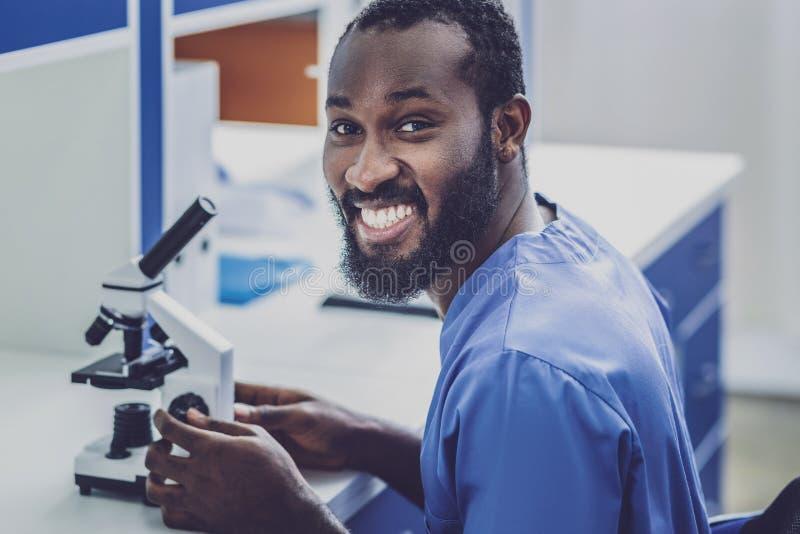 Бородатый химический ассистентский чувствовать весьма счастливый стоковые изображения