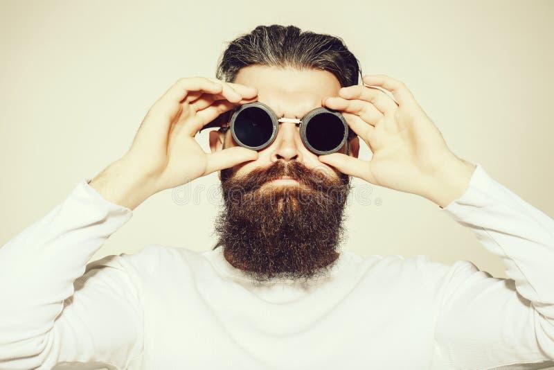 Бородатый человек в пилотных стеклах стоковые фото