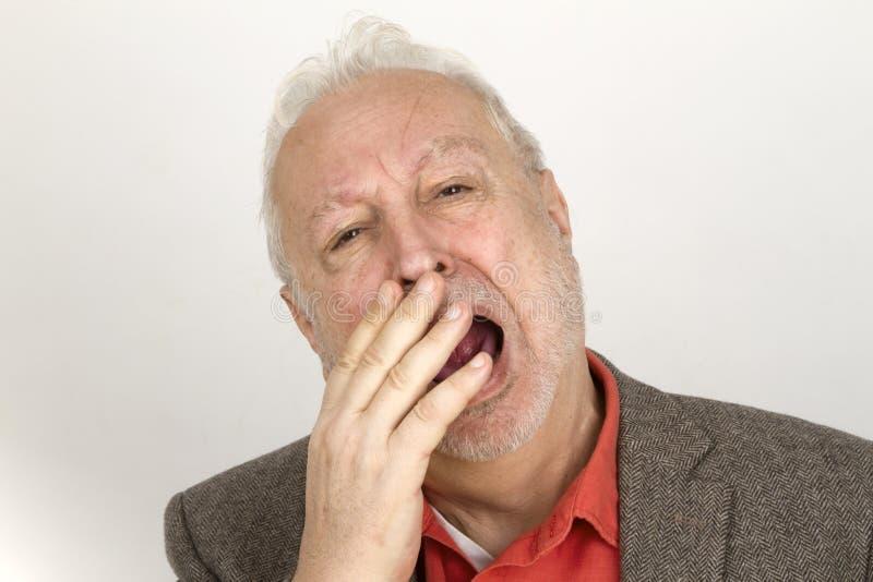 Бородатый человек зевая стоковые фото