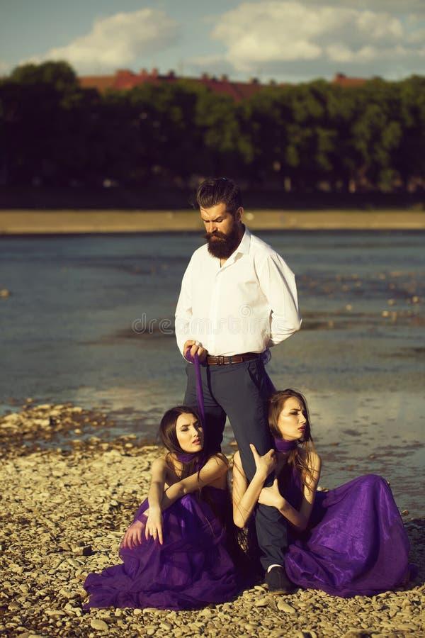 Бородатый человек и 2 женщины на открытом воздухе стоковое изображение rf