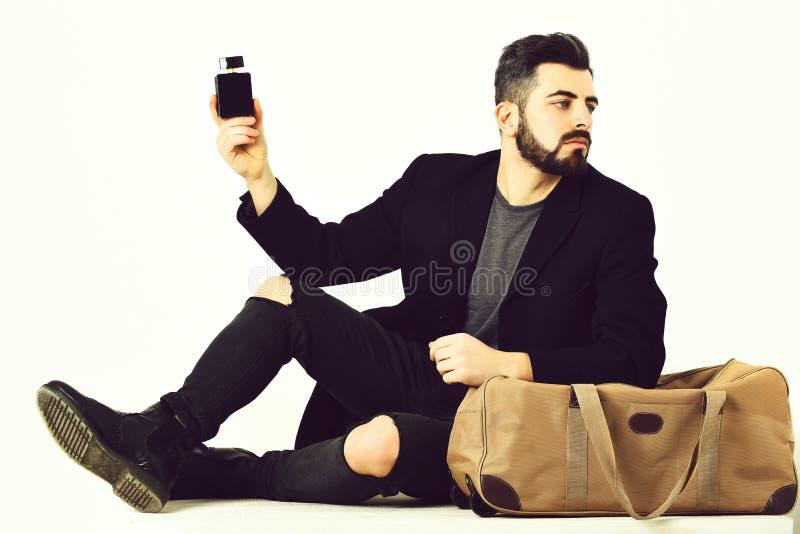 Бородатый человек, кавказский битник с усиком и флакон духов стоковые фотографии rf