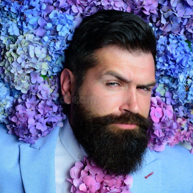 бородатый человек Лето Зверский кавказский битник с усиком мужчина с цветками гортензии Весна день женщин возмужало стоковое изображение rf